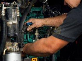 Mechanik naprawia ładowarkę
